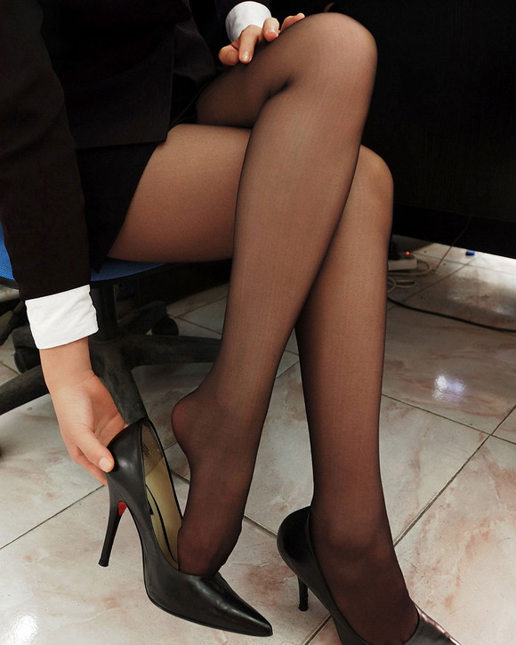 タイトスカート黒ストッキング美脚OLエロ画像2枚目