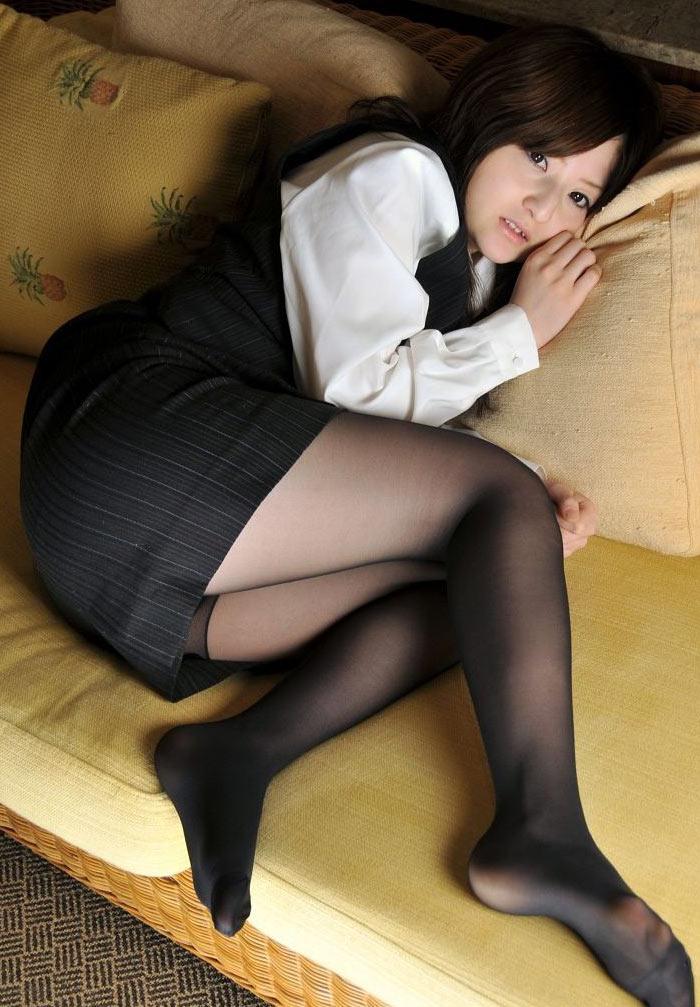 タイトスカート黒ストッキング美脚OLエロ画像6枚目