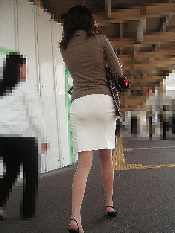 タイトスカート街角OL美尻盗撮エロ写メ画像12枚目