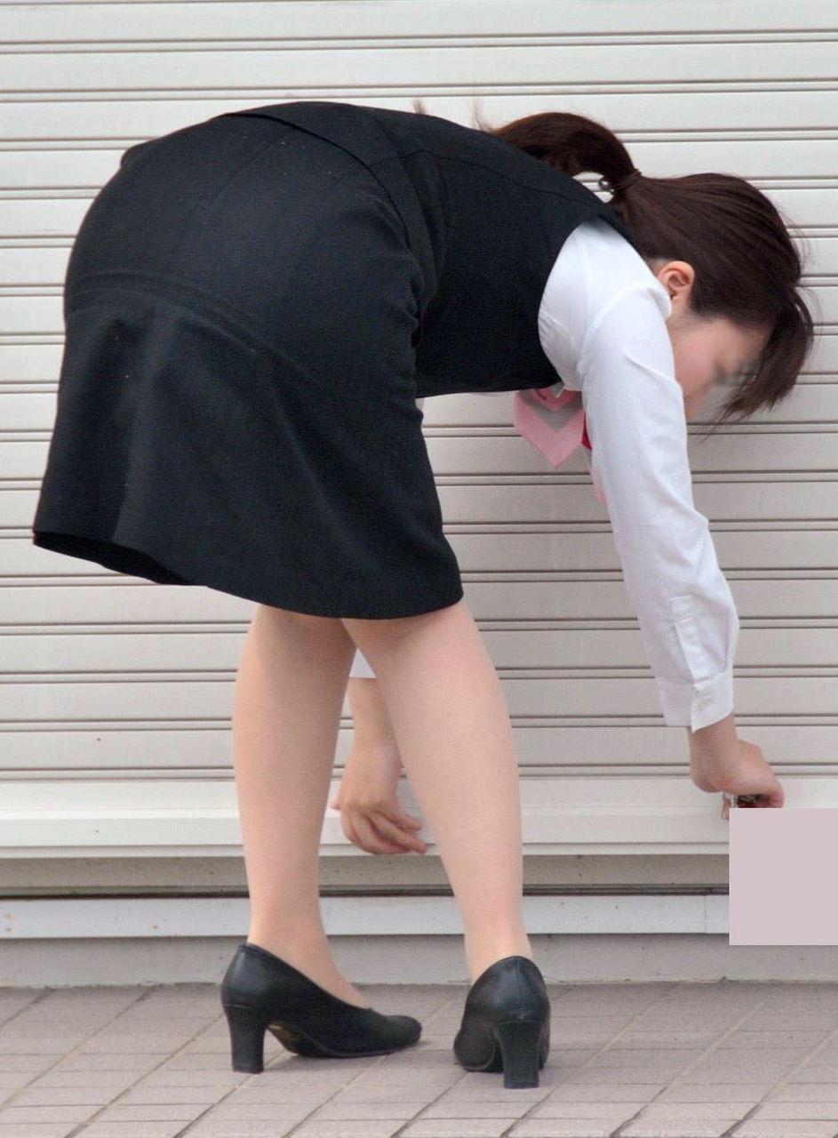 タイトスカートしゃがみ美尻ヒップラインエロ画像6枚目