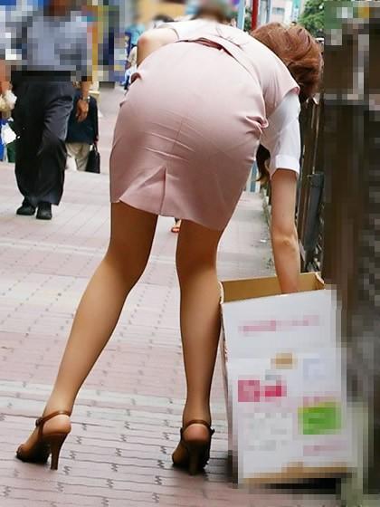 タイトスカートしゃがみ美尻ヒップラインエロ画像13枚目