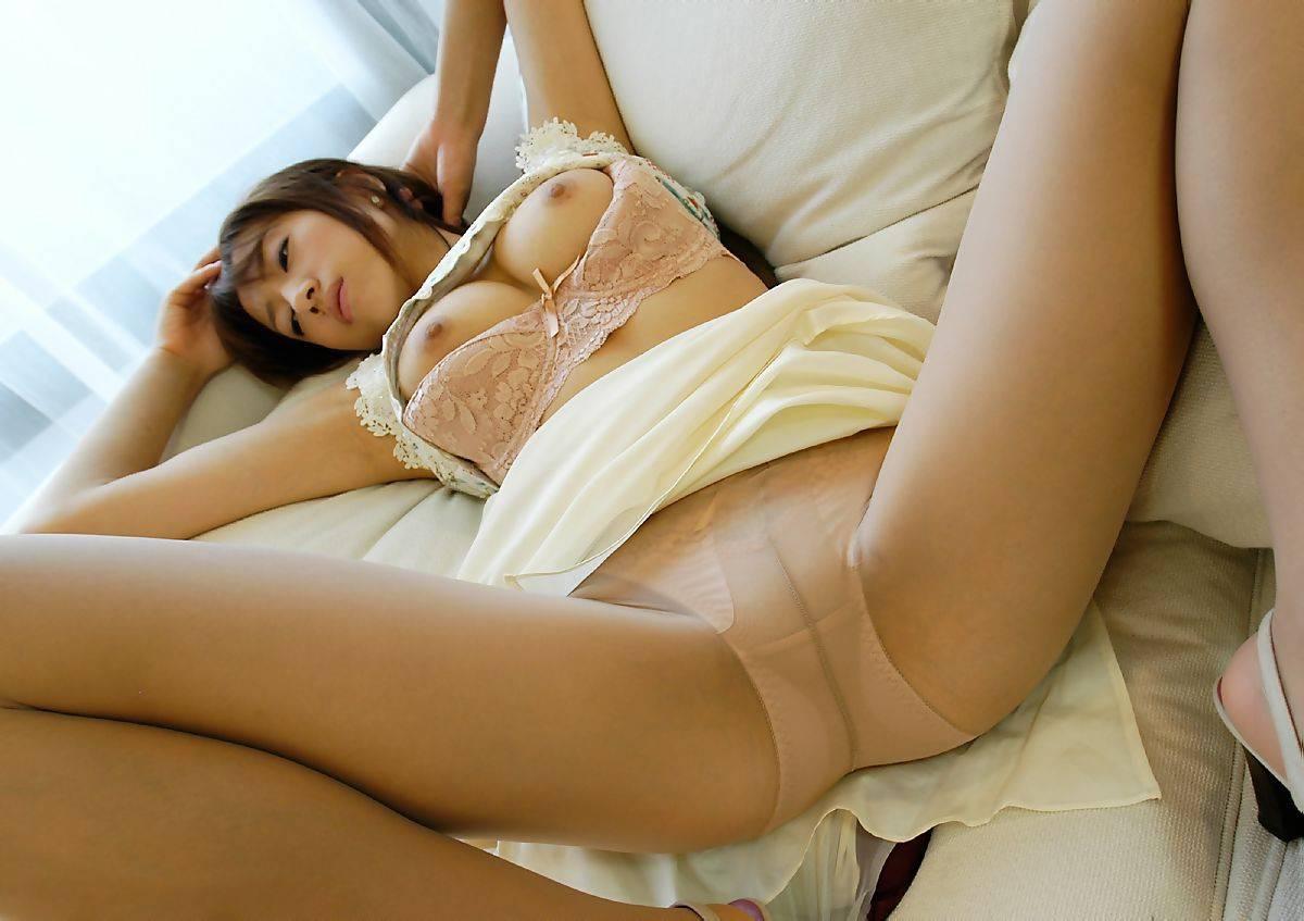 スカートたくし上げブラウス胸チラ痴女エロ画像2枚目