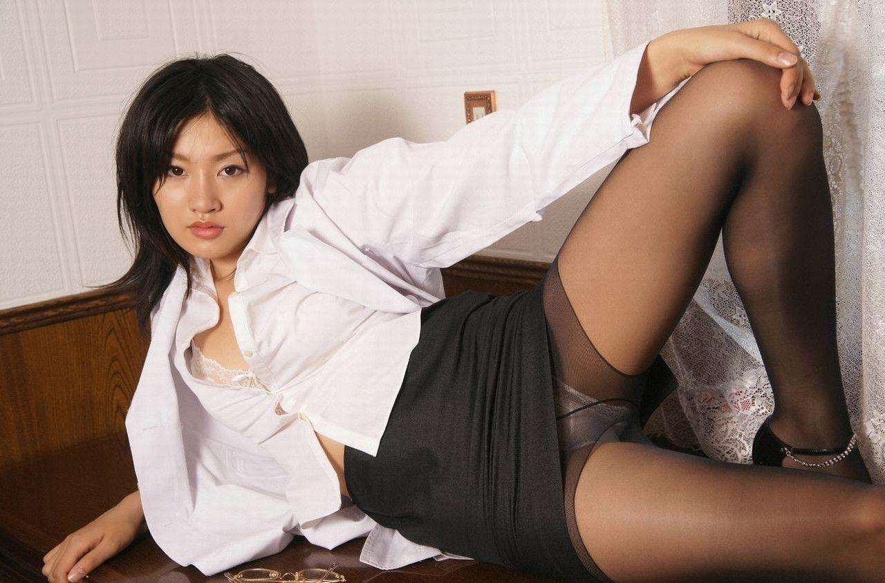 スカートたくし上げブラウス胸チラ痴女エロ画像8枚目