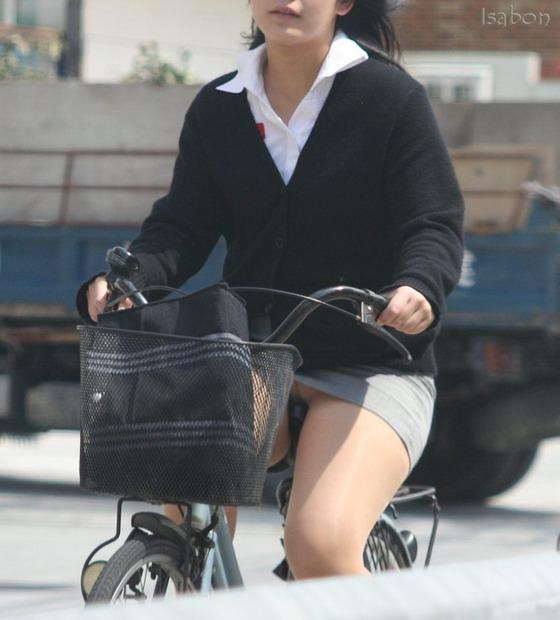 自転車ミニタイトスカートパンチラOLエロ画像3枚目
