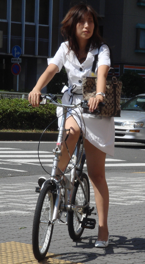 自転車ミニタイトスカートパンチラOLエロ画像14枚目