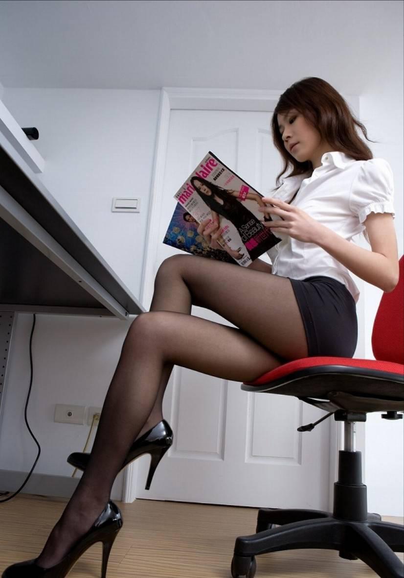 椅子と黒パンストとタイトスカート美脚エロ画像1枚目