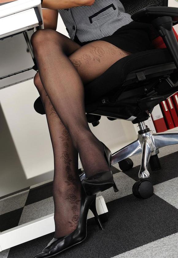 椅子と黒パンストとタイトスカート美脚エロ画像2枚目