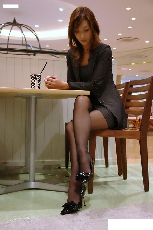 椅子と黒パンストとタイトスカート美脚エロ画像6枚目