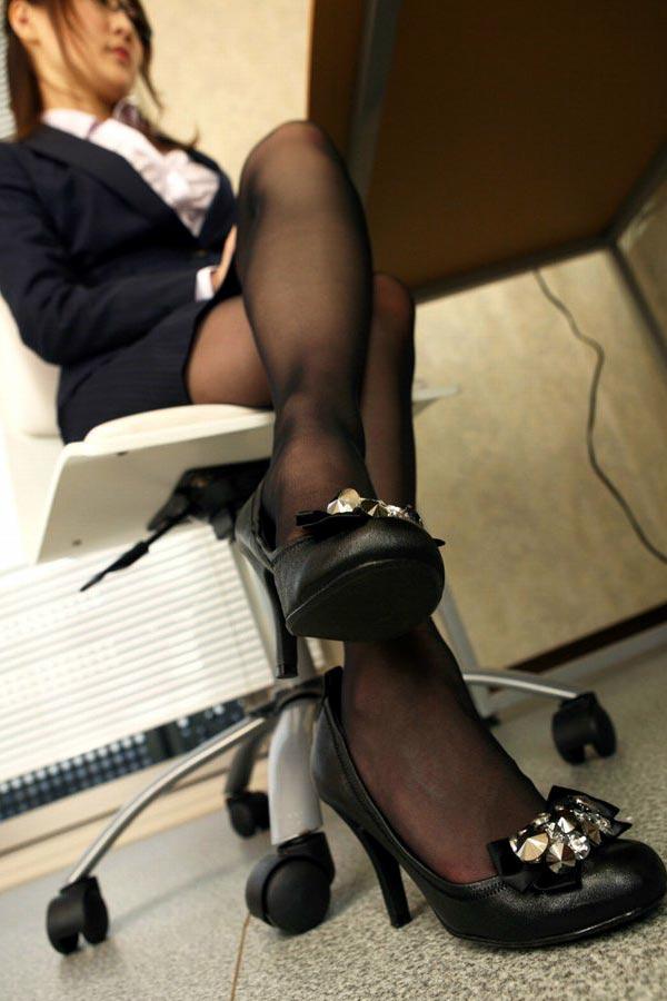 椅子と黒パンストとタイトスカート美脚エロ画像9枚目