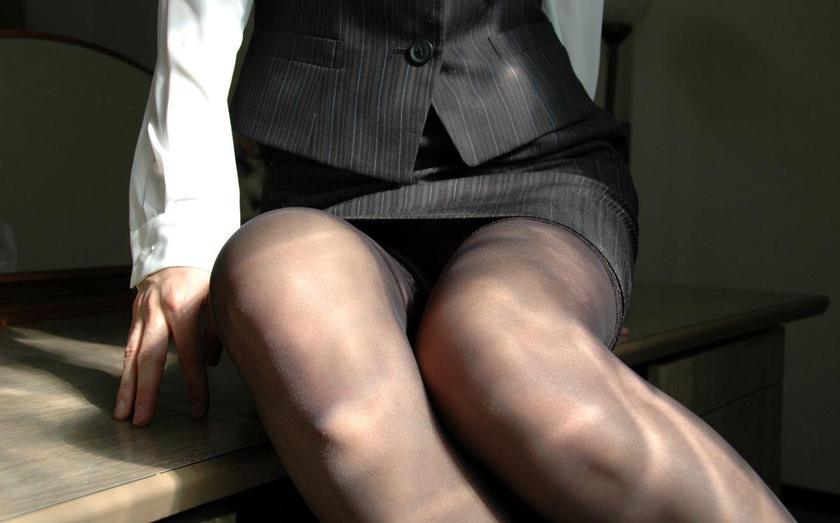 椅子と黒パンストとタイトスカート美脚エロ画像10枚目
