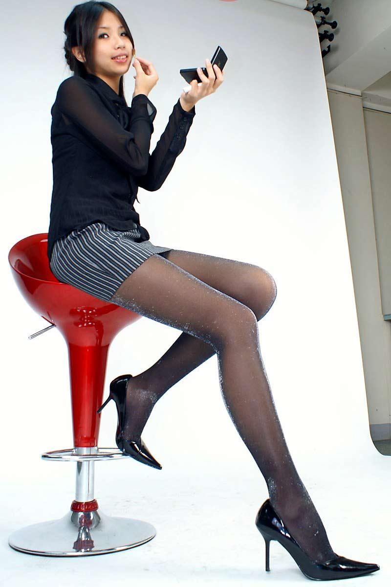 椅子と黒パンストとタイトスカート美脚エロ画像11枚目