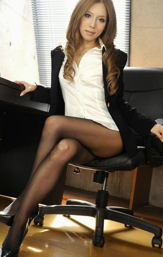 椅子と黒パンストとタイトスカート美脚エロ画像12枚目