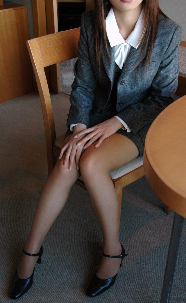 椅子と黒パンストとタイトスカート美脚エロ画像14枚目