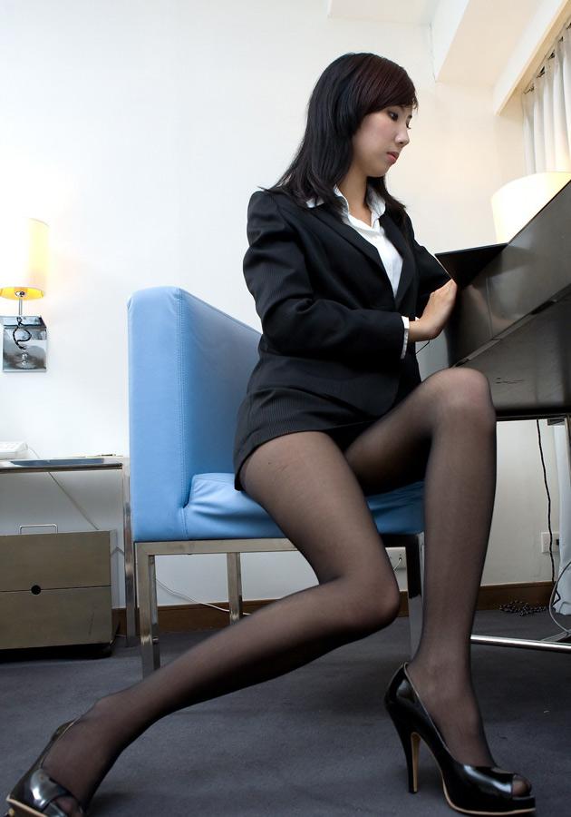 椅子と黒パンストとタイトスカート美脚エロ画像15枚目