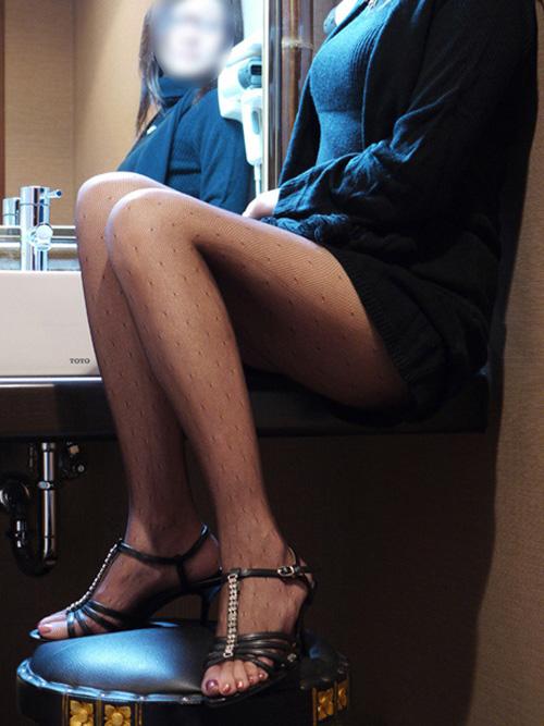 椅子と黒パンストとタイトスカート美脚エロ画像16枚目