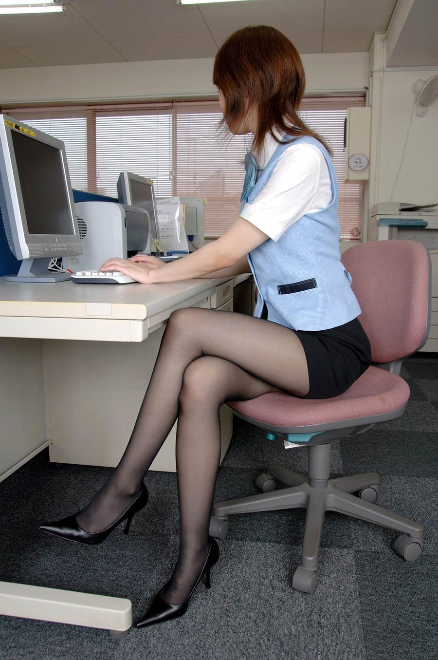 椅子と黒パンストとタイトスカート美脚エロ画像17枚目