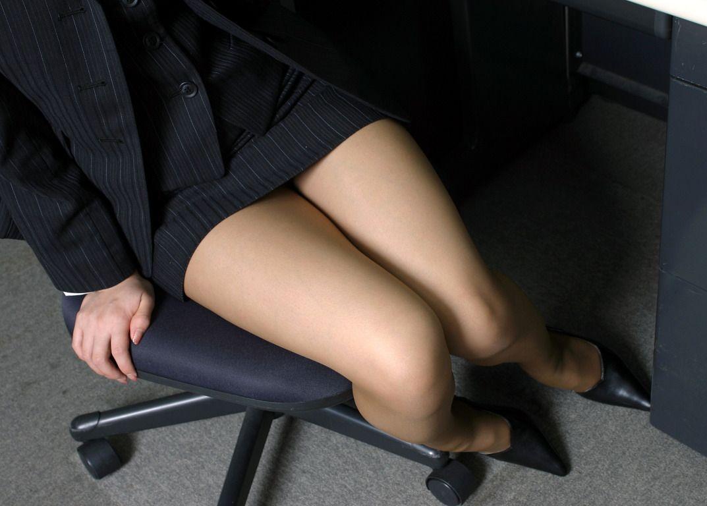 見下ろすOLのミニタイトスカート美脚エロ画像1枚目