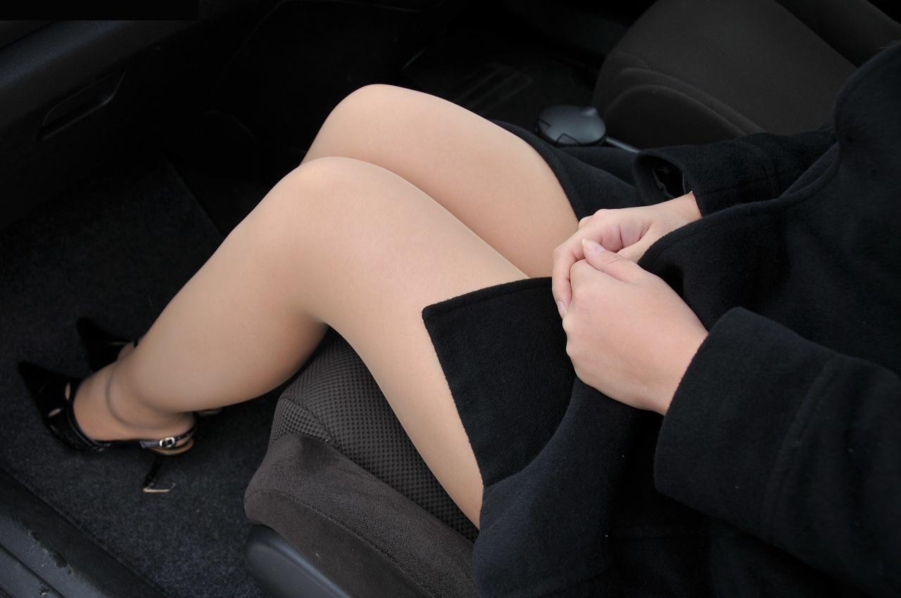 見下ろすOLのミニタイトスカート美脚エロ画像2枚目
