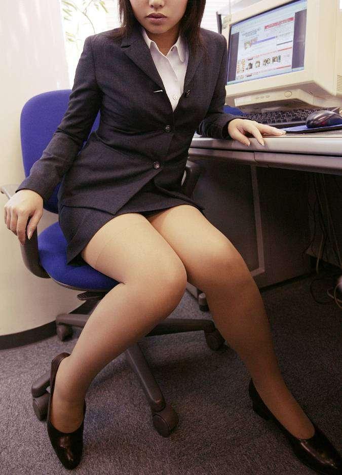 見下ろすOLのミニタイトスカート美脚エロ画像10枚目