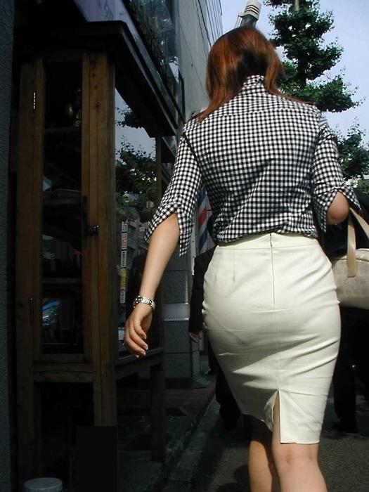 パンティーライン透けタイトスカートOLエロ画像1枚目