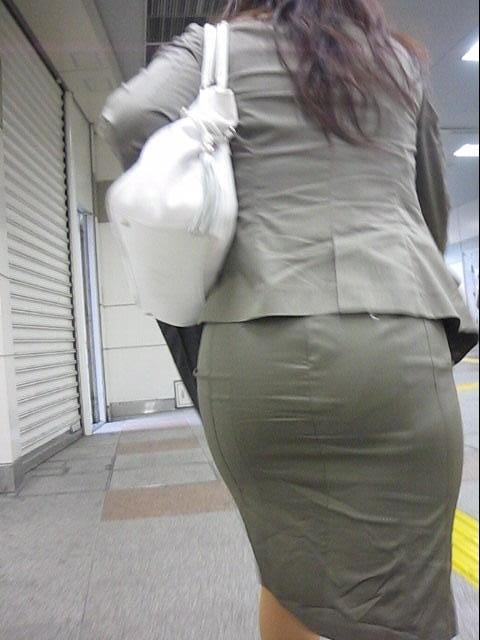 パンティーライン透けタイトスカートOLエロ画像3枚目