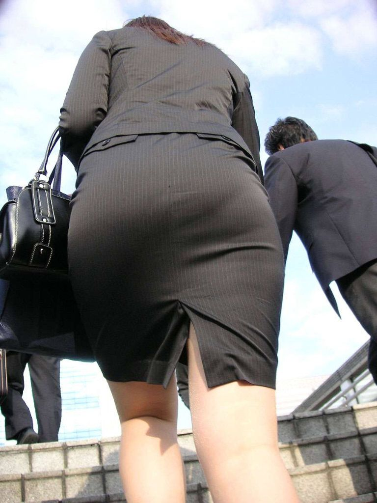 パンティーライン透けタイトスカートOLエロ画像16枚目