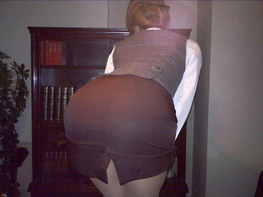 タイトスカート切れ込みベンツ美尻巨尻エロ画像13枚目