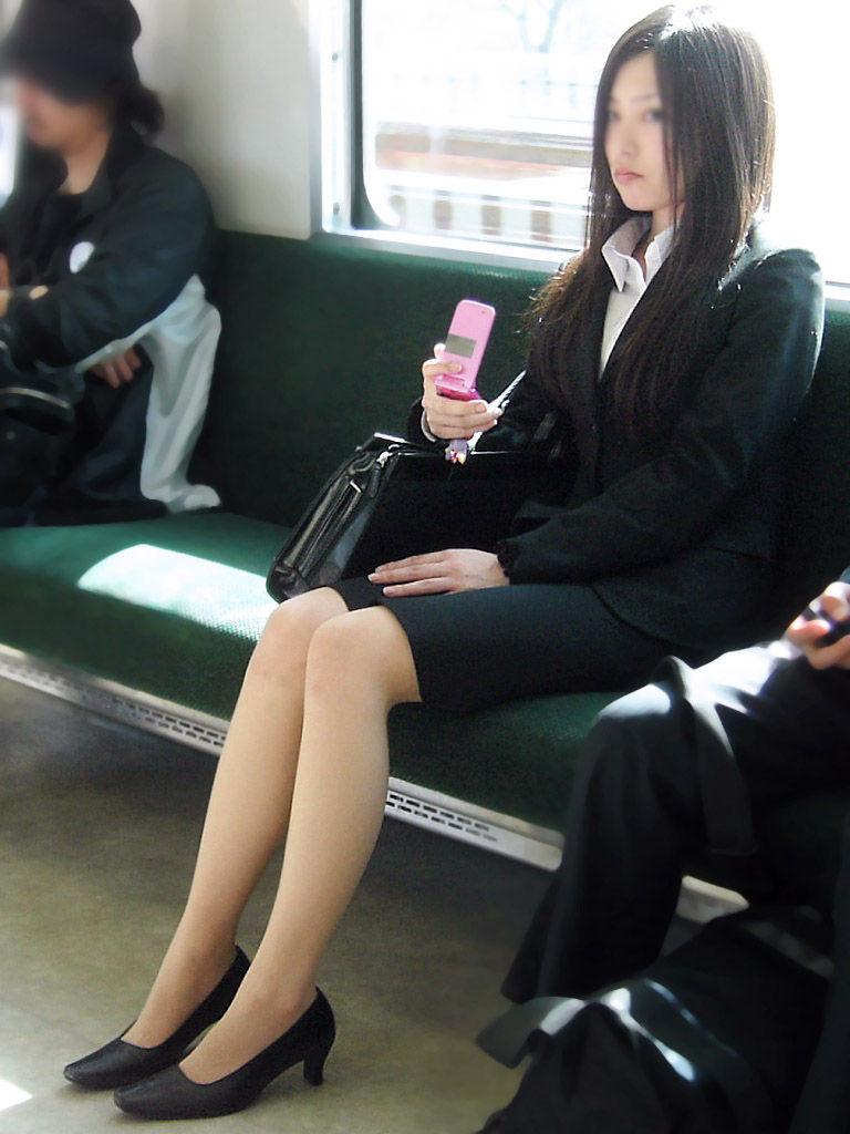 電車内対面OLタイトスカートパンストエロ画像1枚目