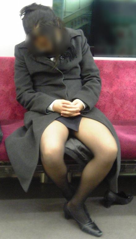 電車内対面OLタイトスカートパンストエロ画像3枚目