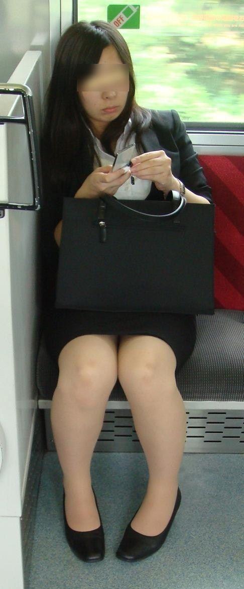 電車内対面OLタイトスカートパンストエロ画像4枚目
