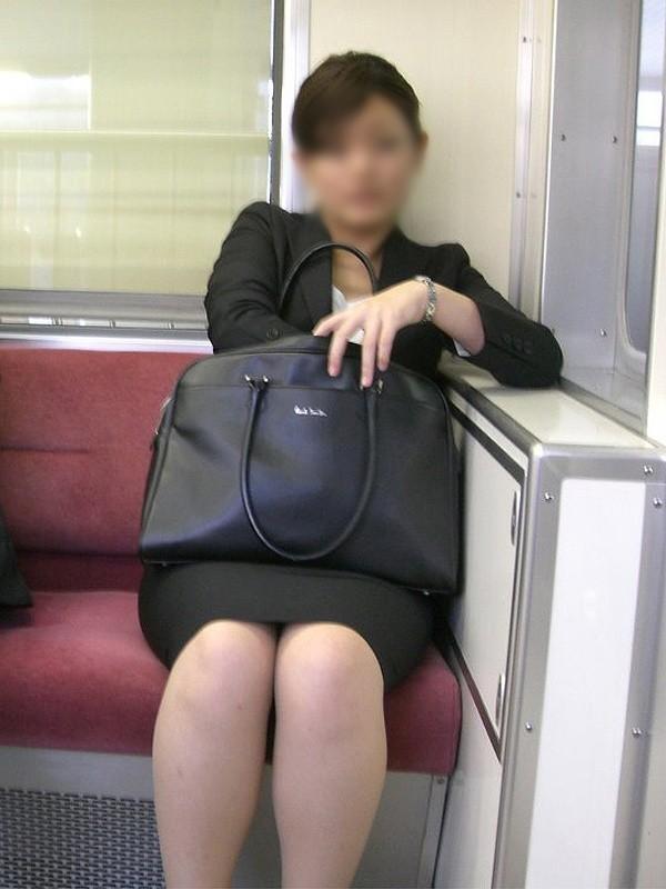電車内対面OLタイトスカートパンストエロ画像5枚目