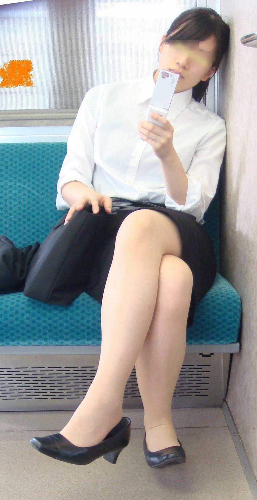 電車内対面OLタイトスカートパンストエロ画像6枚目