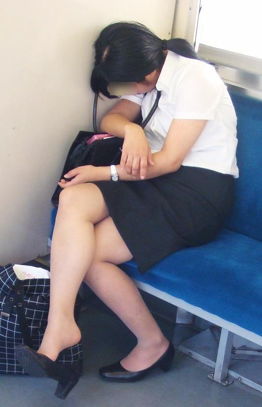 電車内対面OLタイトスカートパンストエロ画像9枚目