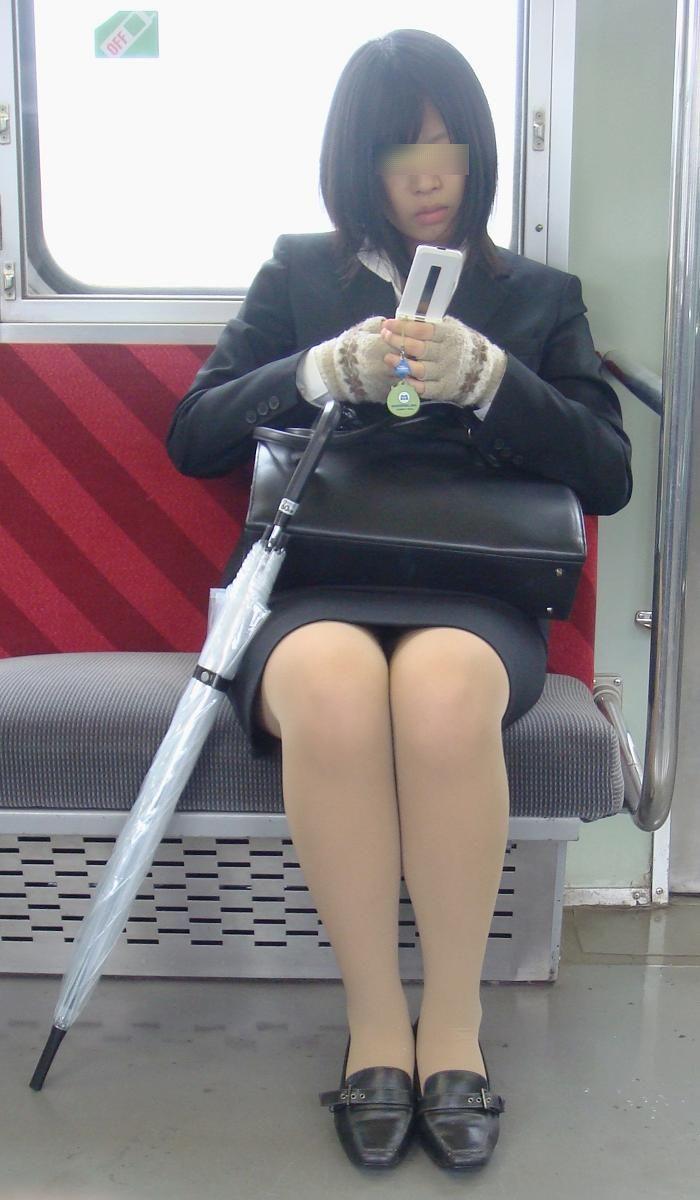 電車内対面OLタイトスカートパンストエロ画像10枚目
