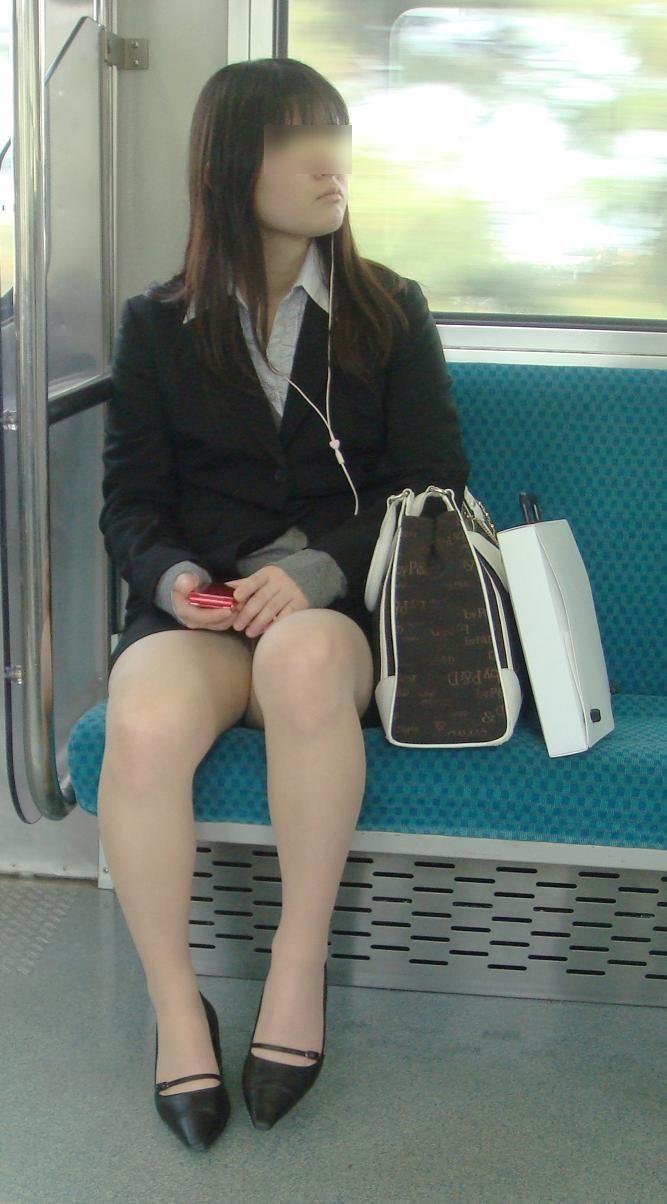 電車内対面OLタイトスカートパンストエロ画像11枚目