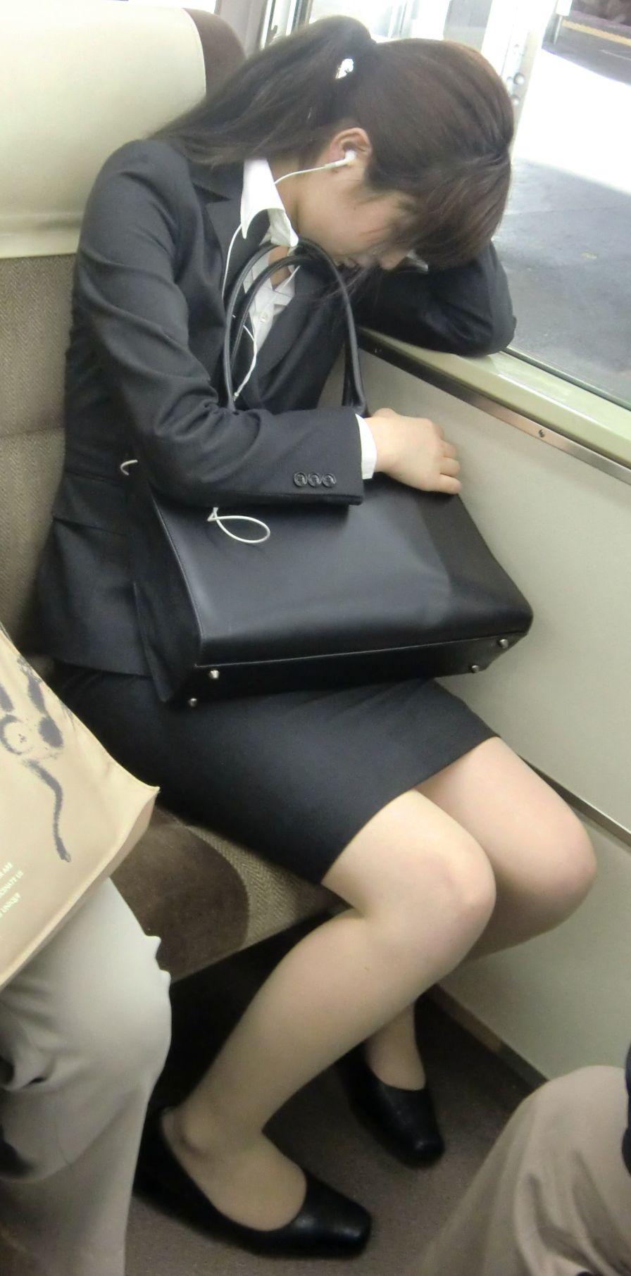 電車内対面OLタイトスカートパンストエロ画像15枚目