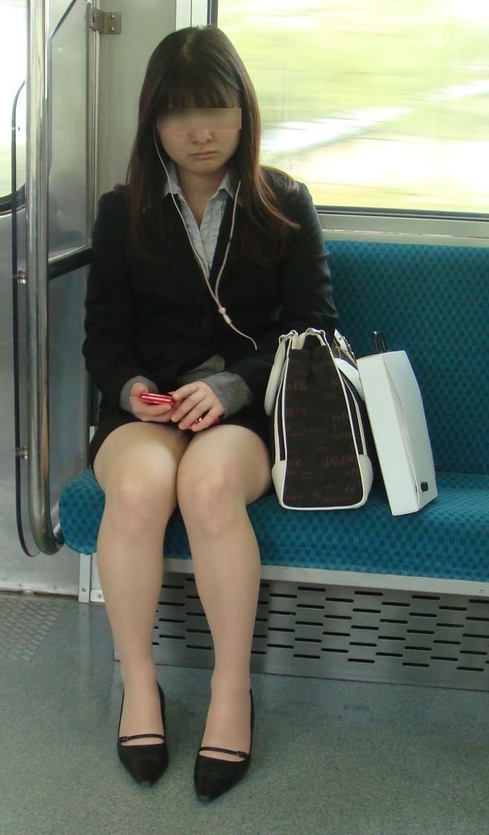 電車内対面OLタイトスカートパンストエロ画像18枚目