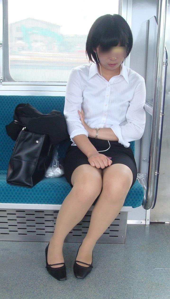 電車内対面OLタイトスカートパンストエロ画像19枚目