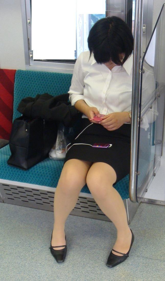 電車内対面OLタイトスカートパンストエロ画像20枚目