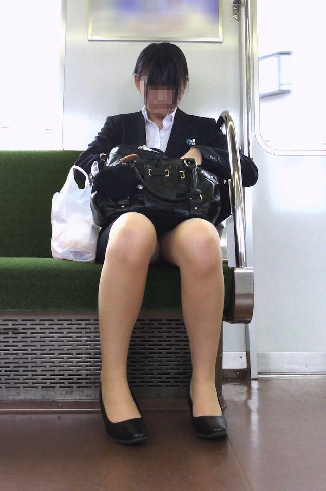 電車内対面OLタイトスカートパンストエロ画像21枚目