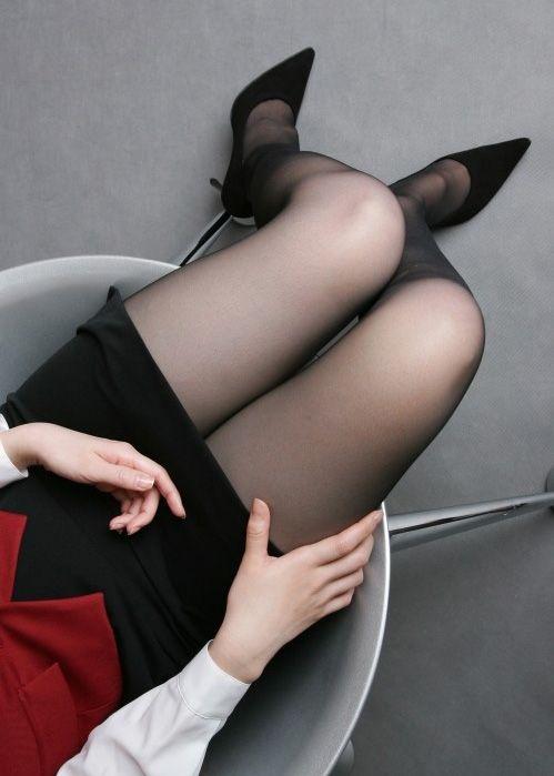 黒パンストヒール美脚OL金蹴り拷問M男エロ画像2枚目
