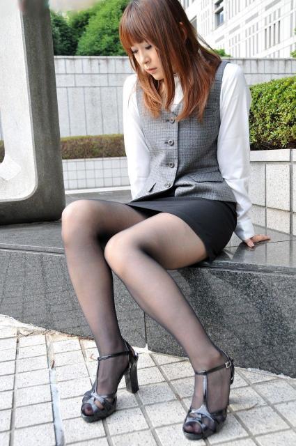 黒パンストヒール美脚OL金蹴り拷問M男エロ画像10枚目