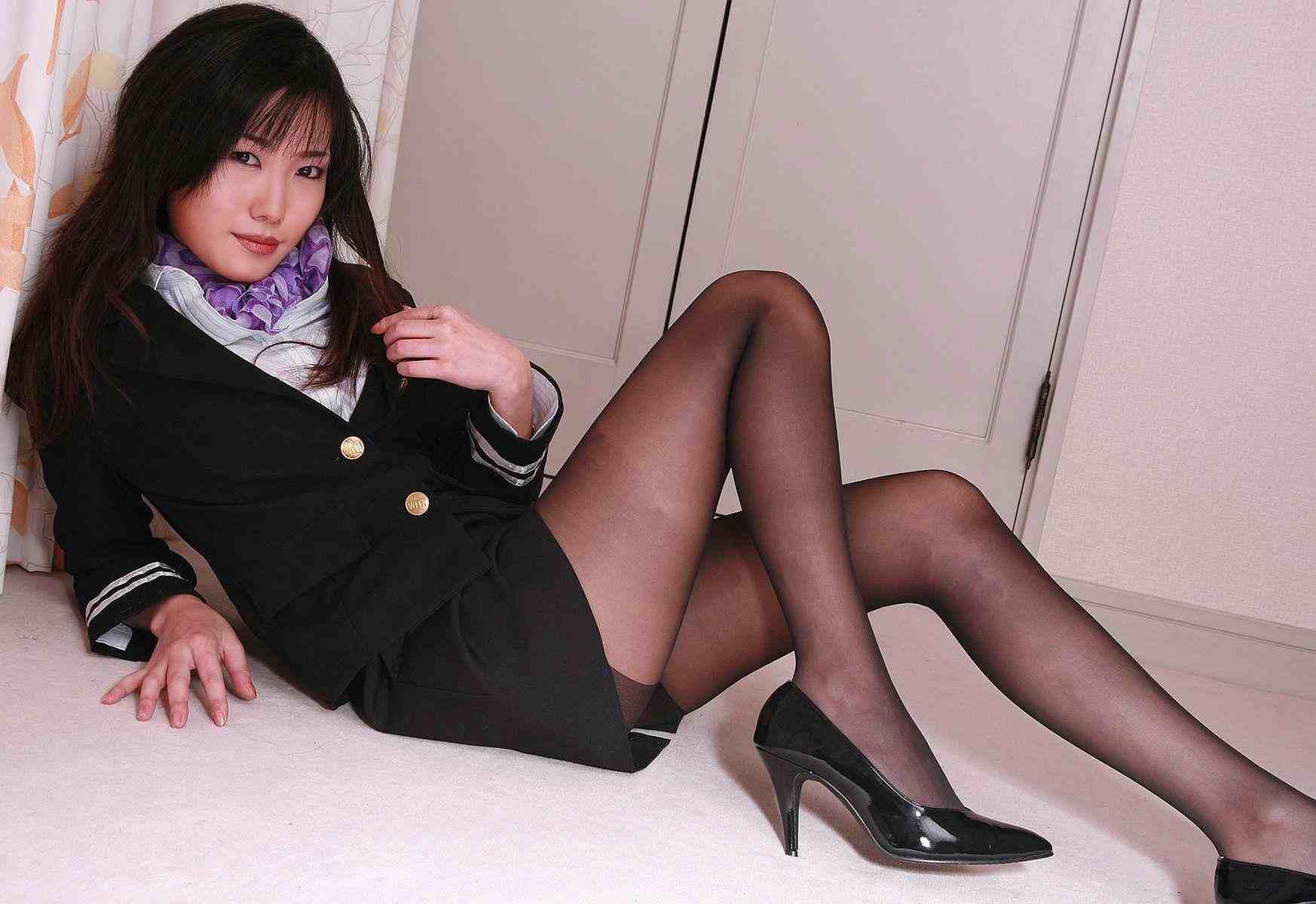 黒パンストヒール美脚OL金蹴り拷問M男エロ画像11枚目