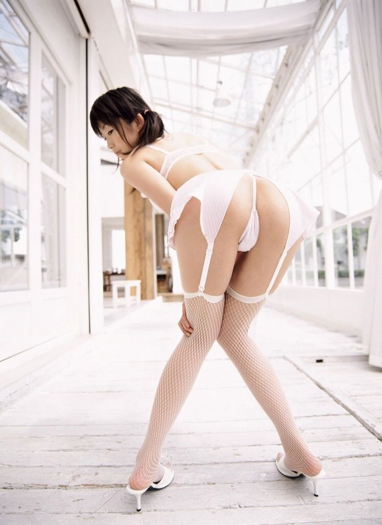 清純お姉さん白ガーターベルト下着エロ画15枚目