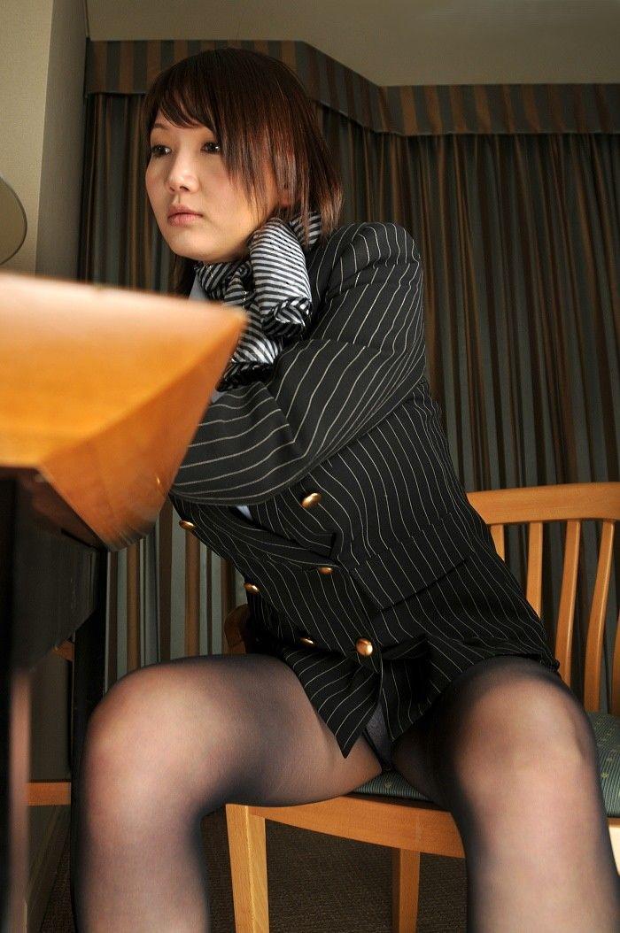 椅子座り股開き三角ゾーンパンチラOLエロ画像8枚目