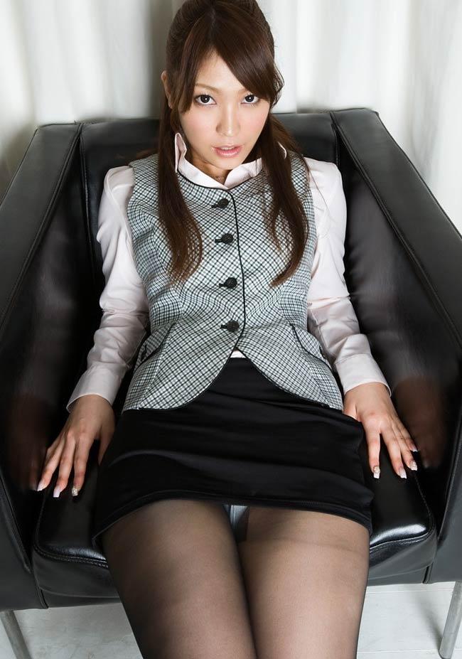 椅子座り股開き三角ゾーンパンモロOLエロ画像11枚目