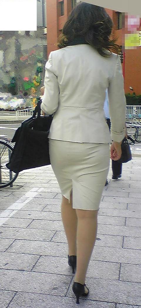 街撮り白タイトスカート美尻OL盗撮エロ画像1枚目