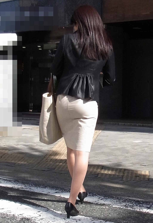 街撮り白タイトスカート美尻OL盗撮エロ画像6枚目