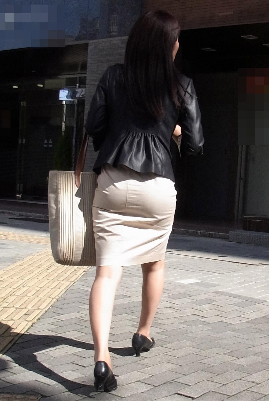 街撮り白タイトスカート美尻OL盗撮エロ画像7枚目
