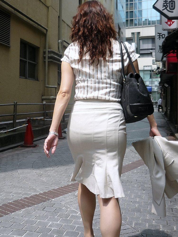 街撮り白タイトスカート美尻OL盗撮エロ画像15枚目